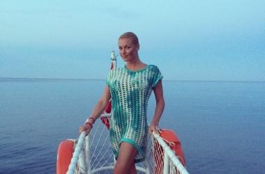 Анастасия Волочкова решила нарядить елочку к 1 июня