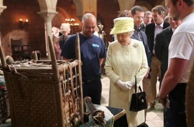 Британская королева отказалась от Железного трона Игры престолов (фото)
