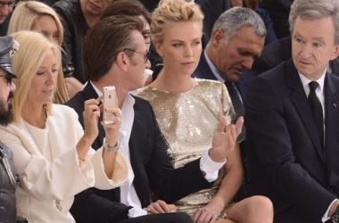 Стиль звезды: Шарлиз Терон в мини-юбке и со знаменитым ухажером (фото)