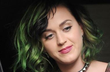 Модная фишка: Кэти Перри позеленела до кончиков волос (фото)