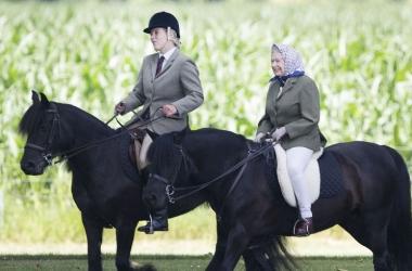 Невероятно! 88-летняя Елизавета II каталась на лошади верхом (фото)