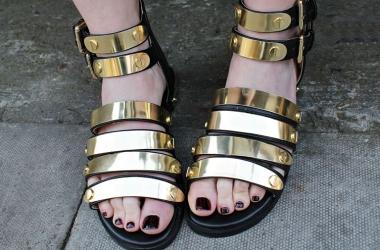 Какая летняя обувь самая опасная для здоровья