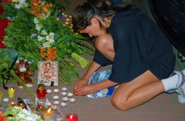 Руслана и Кличко принесли цветы к посольству Нидерландов в память о погибших (фото)