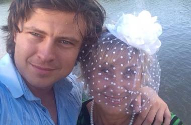 Жена Прохора Шаляпина поделилась снимками в бикини и без (фото)