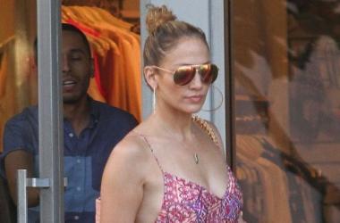 Стиль звезды: Дженнифер Лопес на шопинге без нижнего белья (фото)