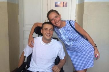 Катя Осадчая взяла шефство над раненым солдатом (фото)