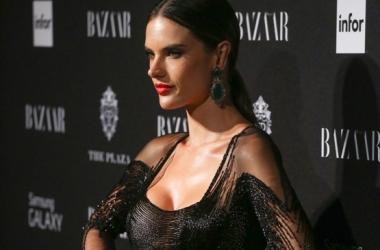 Алессандра Амброзио вышла в свет в голом платье (фото)