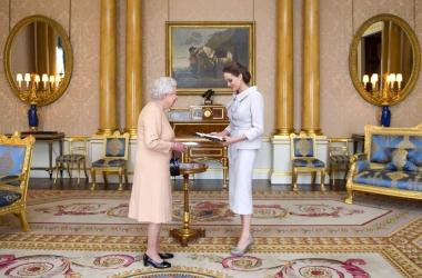 Анджелине Джоли вручила престижную награду королева Британии Елизавета II