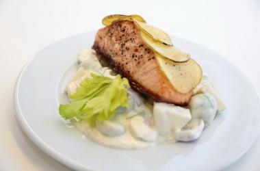Лучшее рыбное блюдо: норвежская семга с картофельными чипсами и брюссельской капустой. Рецепт (фото)