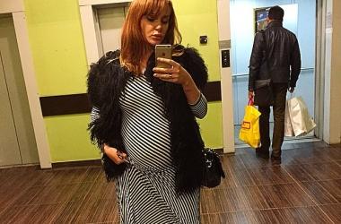 Беременная певица Слава оголила округлившийся животик в пикантном наряде