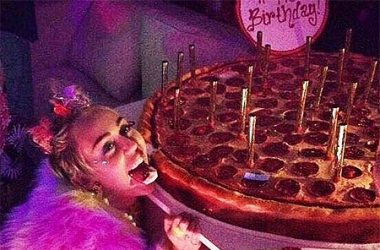 Майли Сайрус отметила День рождения с новым бойфрендом – Шварценеггером!
