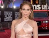Дженнифер Лопес платьем из полосок на красной дорожке сразила наповал