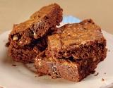 Блюдо для новогоднего стола: брауни с орехами и белым шоколадом