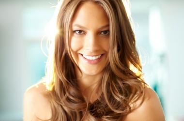Седые волосы: что нельзя делать и почему они появляются в раннем возрасте