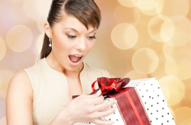 Получить подарок от мужчины: кому дарят мягкую игрушку, а кому бриллиант