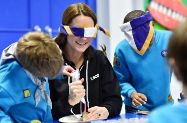 Кейт Миддлтон примерила роль инвалида, а принц Уильям позавтракал с бездомными