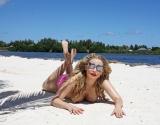 Лена Ленина спровоцировала скандал, появившись на пляже топлесс
