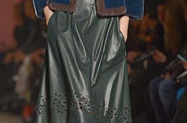 С чем носить кожаную юбку: топ-3 идеи от стилистов Единственной (фото)