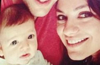 Новогоднее фото дочки Эштона Катчера и Милы Кунис оказалось в сети: на кого похожа девочка?