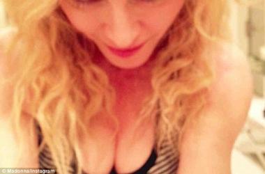 Мадонна оголила грудь и останавливаться не собирается