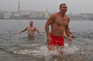 Виталий и Владимир Кличко окунулись в Днепр на Крещение 2015