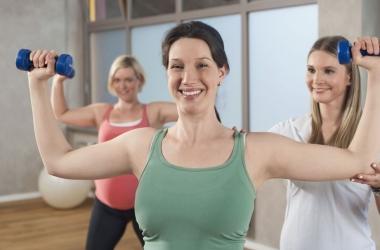 Упражнения с гантелями: топ-3 для красивой попы