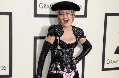 56-летняя Мадонна попыталась спрятать неудачную пластику за вуалью и вульгарным нарядом