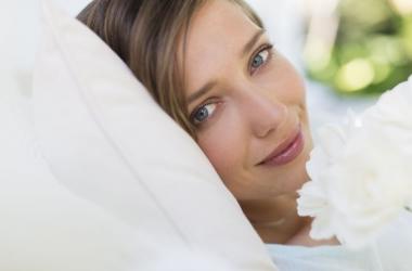 Как быстро убрать мешки под глазами? (Видео)