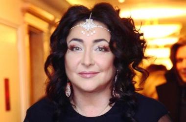 51-летняя Лолита Милявская не постеснялась выйти на сцену в коротеньком платье