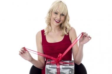Что подарить любимой девушке на 8 марта: 11 оригинальных идей