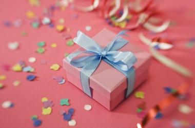Как красиво упаковать подарки на 8 марта, видео мастер класс