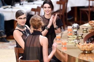 Необычный показ Chanel осень/зима 2015 на неделе моды в Париже, видео