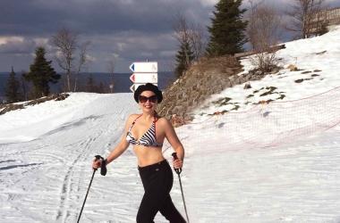 Лена Ленина в купальнике катается на лыжах