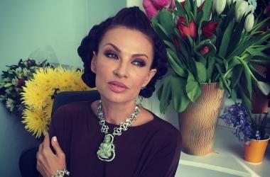 Эвелина Бледанс надела роскошный палантин: леди с изюминкой