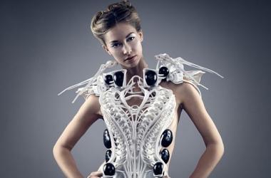 Ученые создали платье, которое считывает эмоции и защищает от стресса