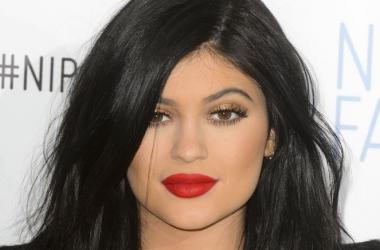 Как увеличить губы: флешмоб фанатов сестры Ким Кардашьян Кайли Дженнер взорвал сеть