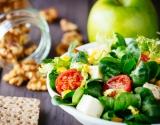 """Рецепт дня от """"Веселої Корівки"""": салат с плавленым сыром, томатами и яблоками"""