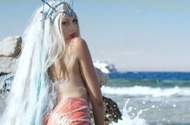 Суперблондинка Оля Полякова превратилась в русалку с супер грудью