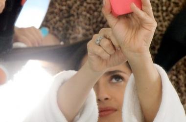 Сальма Хайек в постели с четырьмя неизвестными: фото впечатляет