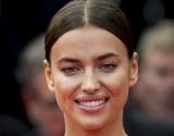 Ирина Шейк появилась в золотом облегающем платье в Каннах