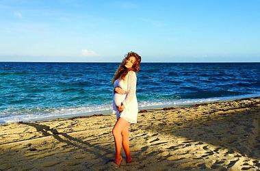 Беременная Яна Соломко в бикини показала округлившийся животик