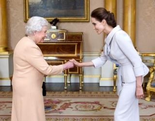 Как Елизавета II вручала Анджелине Джоли награду
