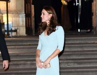 Первый выход в свет беременной Кейт Миддлтон: округлившийся животик и стройные ножки