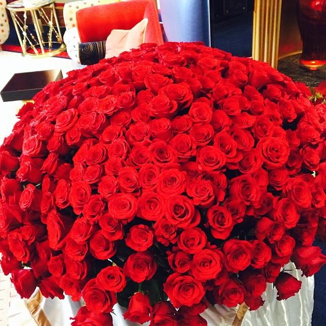 Букет роз с подарками фото