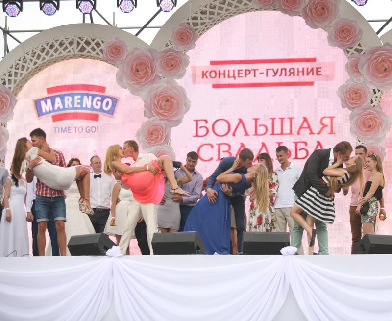 На Большой свадьбе в Киеве одновременно поженились 600 пар новые фото