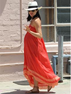 Беременная актриса Сэльма Блэр на прогулке. // Фото: Splash News