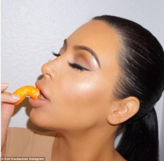 Ким Кардашьян беременна ест чипсы