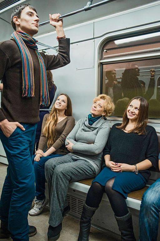 Плакаты про мужчин, которые в метро не уступаю места женщинам