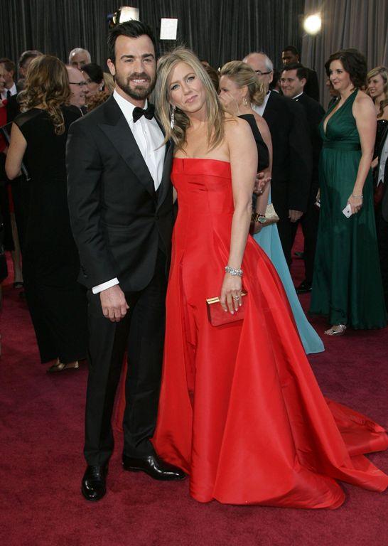 Дженнифер Энистон в красном платье