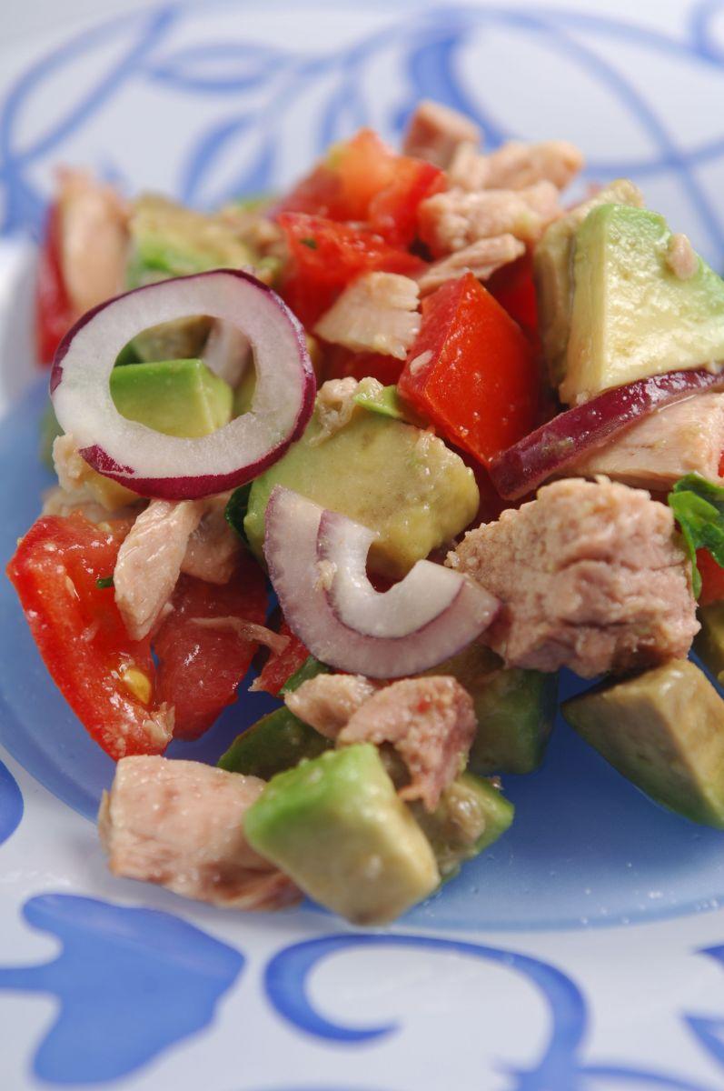 рецепт салата с тунцом помидорами и авокадо